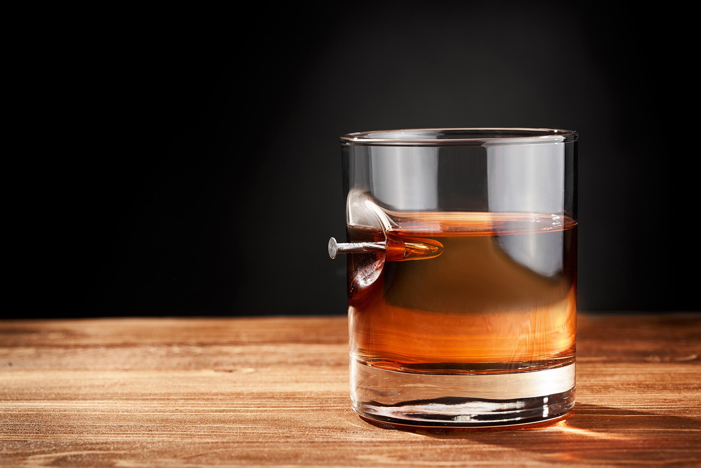стакан для віскі з гвіздком в деревяному тубусі